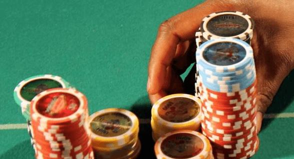 【蜗牛扑克】牌局分析:AA,转牌圈拿到暗三条,如何游戏?