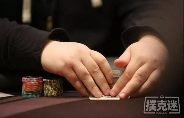 【蜗牛扑克】德州扑克中拿到同花连张和小对子很想打?你考虑筹码量了吗