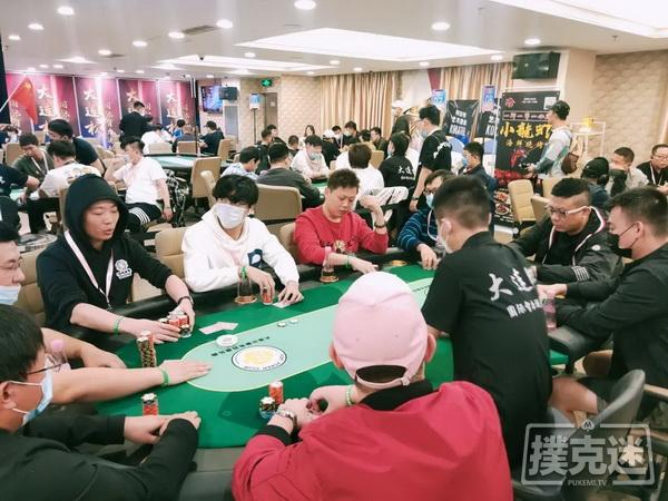 蜗牛扑克:大连杯 | 主赛持续火爆,李欢领衔53人晋级下一轮!