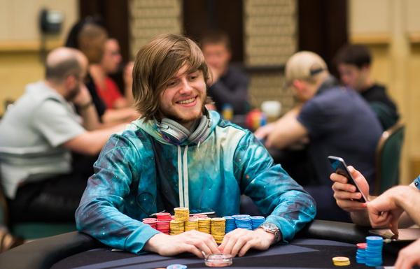 【蜗牛扑克】德州扑克大神Charlie Carrel浅谈手牌思考过程