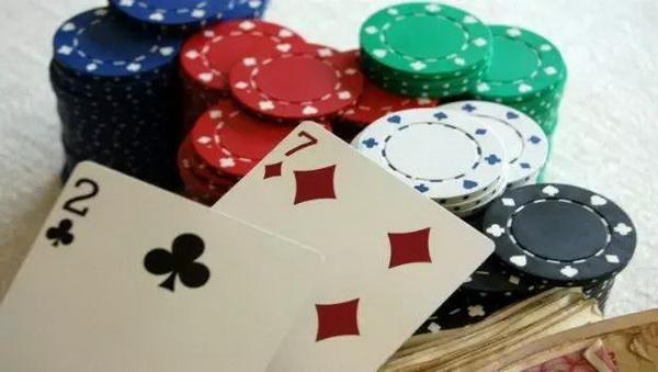 【蜗牛扑克】敢于诈唬是德州扑克人的必备素质!