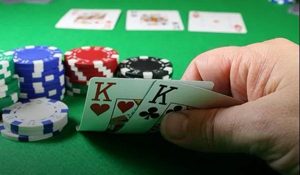【蜗牛扑克】德州扑克如何在盲注位置游戏中小对子?