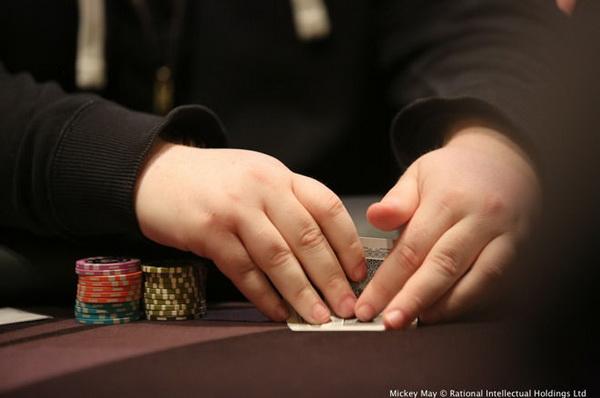 【蜗牛扑克】德州扑克摊牌时盖牌是好是坏?