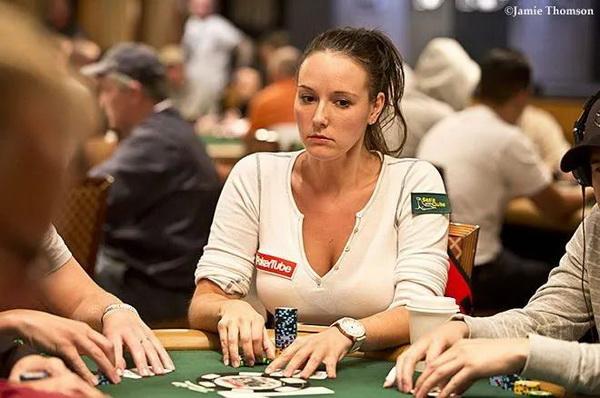 蜗牛扑克:俄裔女牌手竟是特工,色诱FBI探员探取机密