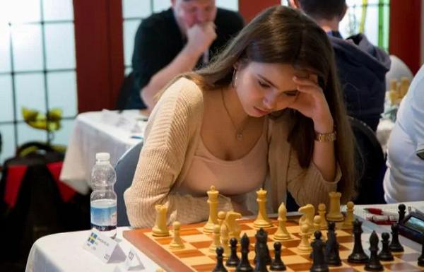 蜗牛扑克:美女棋手跨界扑克赛,表现令人惊艳!